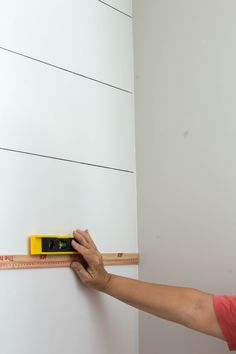 How to Faux Shiplap with a Sharpie Paint Pen - Modern Sherwin Williams Alabaster, Best White Paint, White Paint Colors, Faux Shiplap, White Shiplap, Painting Shiplap, Diy Painting, Painting Furniture, Faux Painting Walls