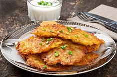 Golden, crispy fried German potato pancakes, also known as Kartoffelpuffer is a potato pancake dish that is hugely popular across Germany and very simple to prepare and cook. Potato Dishes, Potato Recipes, Beignets, German Potato Pancakes, Celerie Rave, Potato Latkes, Austrian Recipes, Austrian Food, 5 Ingredient Recipes