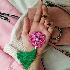Ещё вариант броши с шелковой кисточкой, такой цветок так же можно оснастить подходящим карабином ◼ Такой малыш-цветочек с кисточкой стоит 850 рублей. Он может быть с магнитом или на булавочке.