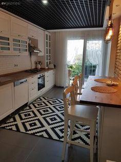 Ev sahibimiz country stil mutfağını geometrik desenli halı ve endüstriyel aydınlatmalarla tamamlıyor. Yeni tasarlamaya başladığı mutfak dekoru için sizlerin fikirlerinizi de bekliyor!