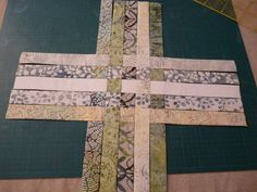 TUTORIEL POCHON TISSE - PATCHWORK EN ARTOIS Patchwork Bags, Basket Weaving, Origami, Diy And Crafts, Sewing Projects, Christmas Cards, Patches, About Me Blog, Quilts
