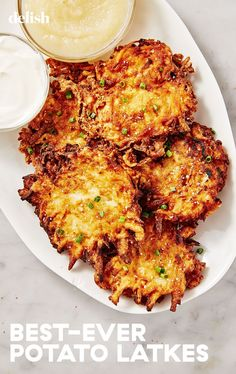 How To Make The Crispiest Latkes Ever - - Looking for the perfect latke recipe for Hanukkah? Whether you serve them with sour cream or applesauce, these ultra-crispy potato pancakes will be a hit with the whole family. Potato Sides, Potato Side Dishes, Main Dishes, Vegetable Recipes, Vegetarian Recipes, Cooking Recipes, Vegetarian Italian, Latkes Recipe Easy, Recipe For Potato Pancakes
