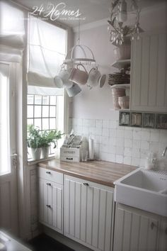 Love the small hanging rack, its perfect for this corner and the small-paned window is wonderful (Vintage Top Shabby Chic) Cottage Kitchens, Home Kitchens, Small Kitchens, Shabby Chic Homes, Shabby Chic Decor, Style At Home, Cozinha Shabby Chic, Grey Cupboards, Cuisines Design