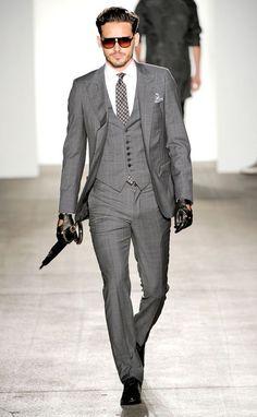 スーツベストの魅力ある着こなしはジャケットのボタンを閉めない。40代アラフォー男性のおすすめスーツベスト。