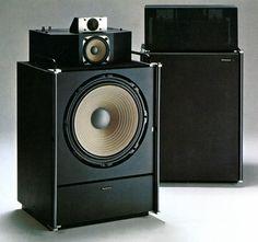 """Il Technics SB-7000 era un diffusore di metà anni '70 caratterizzato da alta efficienza (93 dB), allineamento in fase delle tre vie (a discapito della diffrazione...), grande mobile da pavimento e suono generoso. Esaltato da alcuni, snobbato dai più come all'epoca era """"di moda"""" fare verso qualsiasi diffusore giapponese, rappresentava sicuramente un'eccellenza nell'ascolto che predilige impatto fisico e suono """"tutto avanti"""". Oggi è demodé, ma terribilmente affascinante."""