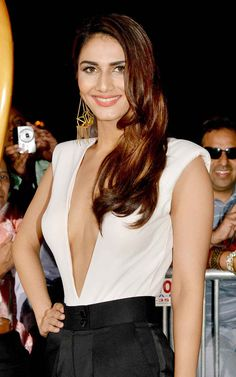 Vaani Kapoor on the red carpet at the #IIFA Awards 2014. #Style #Bollywood #Fashion #Beauty