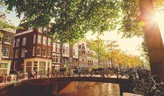 Das fabelhafte Amsterdam Das Anne Frank Haus, das Van Gogh Museum und das Schifffahrtsmuseum sind nur einige der Sehenswürdigkeiten, die die niederländische Hauptstadt zu bieten hat. Freue dich wäh