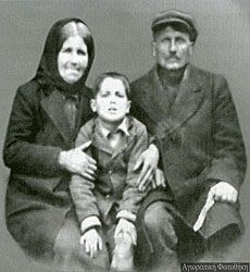 St Paisios the Athonite with his parents Old Photos, Vintage Photos, Old Greek, Photographs Of People, Christian Faith, Holy Spirit, Christianity, Saints, The Past