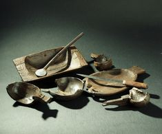 wooden plates and bowls and eating utensils from Oseberg. (Kulturhistorisk museum)