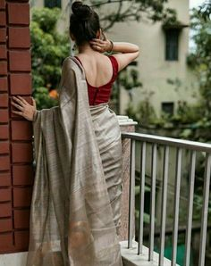 Stylish Plain Saree Looks To Inspire You Stylish Plain Saree Look. Best Picture For Blouse top For Your Taste You are looking for something, Trendy Sarees, Stylish Sarees, Simple Sarees, Indian Designer Outfits, Indian Outfits, Indian Designer Sarees, Saree Poses, Saree Jewellery, Sari Dress
