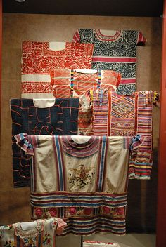 This is a display of huipiles from the state of Oaxaca that is in the anthropology museum of Mexico City collection. There are two Chinantec huipiles from Ojitlan and Usila and four Mazatec (I think) huipiles. Mexican Blouse, Mexican Outfit, Mexican Dresses, Mexico Style, Mexico Art, Mexican Costume, Mexican Textiles, Mexican Embroidery, Traditional Fabric