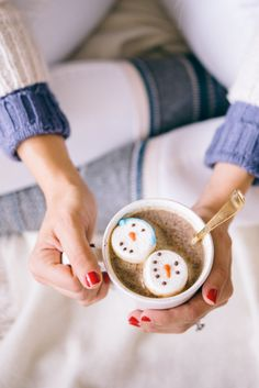 Gal Meets Glam Carrying on Holiday Traditions - little marshmallow snowmen floating in peppermint hot chocolate