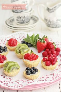 These easy mini Fruit Tarts start with a sugar cookie cup and are filled with a no bake cheesecake and topped with fresh berries and a lime glaze. Make them easy by starting with a prepared sugar cookie dough! Mini Desserts, Just Desserts, Dessert Recipes, Dessert Healthy, Snacks Recipes, Sugar Cookie Cups, Soft Sugar Cookies, French Yogurt Cake, Mini Fruit Tarts