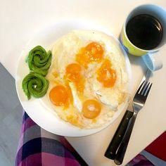 Smažená vajíčka na másle, avokádo a káva ... aneb snídaně jednoduchá, výživná, s dostatkem tuků (holt když máte málo zásobních, musíte si je naložit na talíř) a hlavně bílkovin / Simple nutritious breakfast - fried eggs with butter, avocado and coffee
