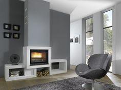 La cheminée contemporaine OPUS, de la marque française Chazelles, en pierre d'estaillade et finition en marbre chocolat brossé, vous facilitera l'utilisation de votre chauffage grâce aux deux rangements se situant sur chaque côté.
