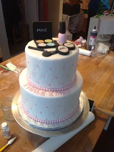 Make up lovers cake