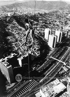 Hombre en andamio durante la construcción de una de las torres de Parque Central (ARCHIVO EL NACIONAL)