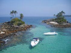 """Ilhas Botinas  Também conhecidas como """"Ilhas Irmãs"""" ou """"Ilhas Gêmeas"""", são o cartão-postal de Angra. Suas águas são tão cristalinas que é possível observar o fundo do mar por até 10 metros de profundidade. A ilha leva este nome devido ao seu formato."""