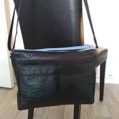 by_chaliefashion Juste fini, une Besace Zip Zip, taille medium. Simili croco noir et coton imprimé de chez MT, kit zip bleu de LMDC....Tissus choisi par la cliente......#Sacotin #besace #ap zip #simili #croco #lmdc