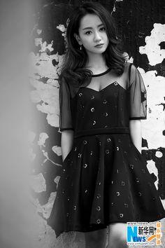 Black and white photos of Yang Rong | China Entertainment News