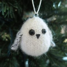 Snowy Owl Ornament pattern by Kathy Lewinski Knit up a sweet little snowy owl to hang on your Christmas tree. (Perfect for Harry Potter fans too. Owl Knitting Pattern, Christmas Knitting Patterns, Knitting Patterns Free, Free Knitting, Free Pattern, Crochet Christmas, Knitting Ideas, Knitting Projects, Vintage Knitting