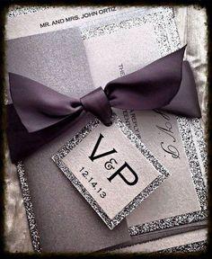 Elegante combinación de platas y cintas . Invitaciones de boda y RSVP con monograma atado al lazo en plateado y glitter