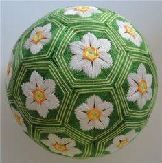 Сбылась моя давняя мечта! Маленькие нежные цветочки на зеленой полянке. Окружность шара 36см, разметка М32
