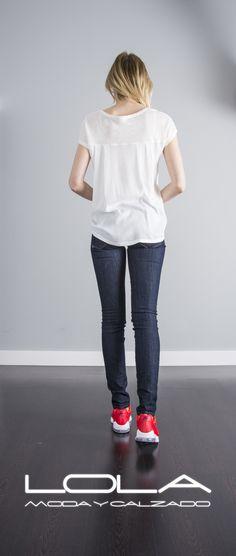 Tus camisetas con estilazo y  la mejor calidad en la tienda de la ropa buena.  Pincha este enlace para comprar tu camiseta en nuestra tienda on line:  http://lolamodaycalzado.es/primavera-verano/617-camiseta-sin-mangas-blanco-roto-con-seda-salsa.html