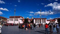 Der Jokhang Tempel ist das bedeutendste Heiligtum Tibets und sticht sich mit seinem goldenen Dach aus der Altstadt Lhasas hervor.