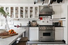 Designer, Emma Beryl transformed this home into a stunning farmhouse-chic space in New York's prestigious Park Slope neighborhood. Kitchen Set Up, Kitchen New York, Kitchen Dining, Kitchen Decor, Dining Rooms, Farmhouse Style Kitchen, Modern Farmhouse Kitchens, Home Kitchens, Country Farmhouse