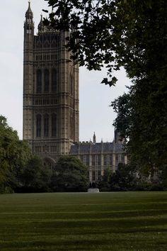 Sunlight breaking through clouds across Parliament, #London 18°C | 64°F #BurberryWeather