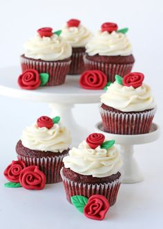 red velvet cupcakes - With its distinct look, the popular red velvet cupcake is a top contender for favorite flavor. These red velvet cupcakes are easy to whip up for your next get-together. Cupcakes Red Velvet, Red Velvet Cake, Cupcakes Fondant, Yummy Cupcakes, Fondant Rose, Fondant Baby, Fondant Flowers, Flavored Cupcakes, Mocha Cupcakes