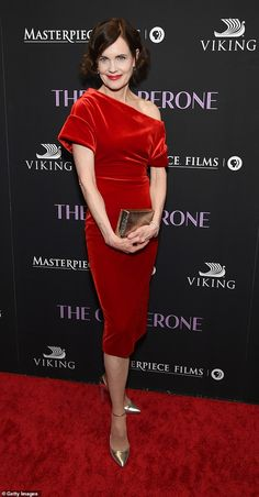 Elizabeth McGovern joins Haley Lu Richardson at Chaperone premiere Elizabeth Mcgovern, Women's Dresses, Fashion Dresses, Dresses For Work, Velvet Fashion, Red Carpet Fashion, Classy Dress, Classy Outfits, Haley Lu Richardson