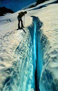 El interior azul del glaciar Azul (en el Olympus)  En esta magnífica fotografía se pueden apreciar a la perfección las dimensiones de una de las grietas que se forman en el glaciar Blue (Azul), el más grande de los seis que acompañan a la montaña Olympus, situada en Washington (EEUU).   La iluminación interior de la grieta la provoca la luz del Sol al penetrar en su interior y reflejarse en las paredes de hielo.