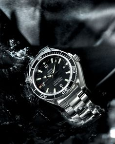 Its daring design and extraordinary mechanism are the core qualities of the gorgeous Omega Seamaster Planet Ocean, the two assets that have turned it into a symbol of luxury and fame, and also the preffered accessory of the famous James Bond movie hero.