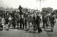 1931-05-10 a 13 - Sevilla - Anticatólicos arrojan imágenes religiosas al río Guadalquivir desde el puente de Triana.