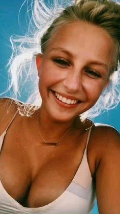 Cute blond girl in bikine showing her very fine cleavage. Julienne Hough, Beautiful People, Beautiful Women, Surf Girls, Summer Aesthetic, Sexy Bikini, Happy Summer, Outfit, Man Stuff