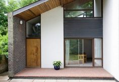 On the market: 1960s J.E. Bell-designed midcentury modern property in Walton-on-Thames, Surrey on http://www.wowhaus.co.uk