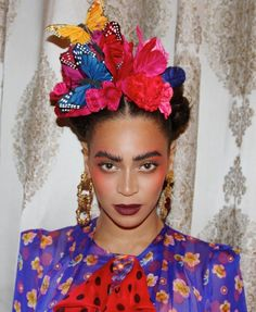 Beyonce Stuns As Frida Kahlo For Second Halloween Costume: Photo Beyonce does her best impression of Frida Kahlo in a brand new pic posted on her official website! The entertainer is joined in the Halloween pic… Best Celebrity Halloween Costumes, Last Minute Halloween Costumes, Halloween 2014, Halloween Makeup, Beyonce Halloween Costume, Halloween Pictures, Halloween Halloween, Mexican Costume, Mexican Party