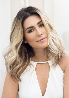 Medium blonde hairstyles for ladies 2019 Medium Blonde Hair, Medium Hair Cuts, Medium Hair Styles, Turquoise Hair Ombre, Ombre Hair, Shoulder Haircut, Shoulder Length Hair, Curly Hair Cuts, Curly Hair Styles