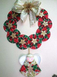 Mira como hacer coronas navideñas de CDs paso a paso con vídeo. Christmas Sewing, Christmas Art, Christmas Projects, Felt Christmas Decorations, Christmas Tree Ornaments, Christmas Wreaths, Cd Diy, Ornament Crafts, Xmas Crafts