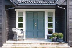Bilderesultat for inngangsdør Exterior Door Colors, Exterior Doors, Interior And Exterior, House Trim, Front Door Design, Nordic Home, Modern Kitchen Design, Residential Architecture, Log Homes