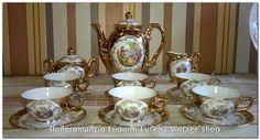1960's πορσελάνινο σερβίτσιο καφέ της ιταλικής προέλευσης.  Τα φλιτζάνια είναι σε μέγεθος για Ελληνικό καφέ.  Ένα σερβίτσιο πραγματικό κόσμημα για τον χώρο σας, με όμορφες ρομαντικές παραστάσεις.  Η πορσελάνη είναι πολύ καλής ποιότητας, το χρυσό είναι πραγματικά φύλλα χρυσού.  Το σερβίτσιο φαίνεται να είναι ελάχιστα χρησιμοποιημένο.  Είναι κομψό και μικρό σε διαστάσεις, δεν θα σας προβληματίσει να του βρείτε χώρο.