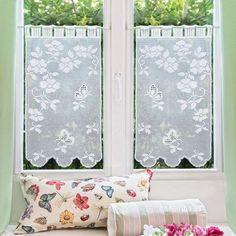 Risultati immagini per tendine all\'uncinetto per finestre mani di ...