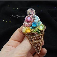 Нет описания фото. Vintage Jewelry Crafts, Handmade Beaded Jewelry, Brooches Handmade, Beaded Brooch, Beaded Earrings, Beaded Lace, Bead Embroidery Jewelry, Beaded Embroidery, Rhinestone Art