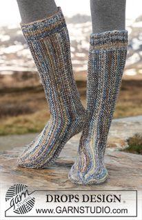 """Retstrikkede DROPS sokker i 2 tråde """"Fabel"""", strikkes sidelæns. ~ DROPS Design"""