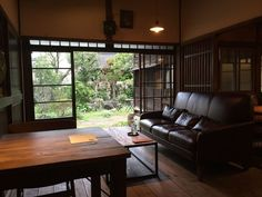 築88年のそば屋を改装!東京・池上に古民家カフェ「蓮月」OPEN2015 Japanese Style House, Traditional Japanese House, Casa Retro, Japanese Interior, Interior Decorating, Interior Design, Beautiful Living Rooms, Cafe Interior, Old Houses