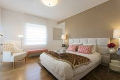 Suite do Casal: Quartos Moderno por Traço Magenta - Design de Interiores  (a cabeceira ultrapassa a largura da cama e as mesinhas ficam fora)