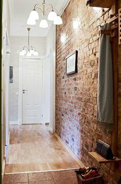 pasillo con pared cara vista