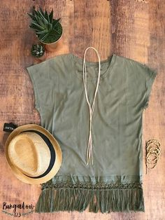 Lightweight tee edged in fringe that pairs well with Jeggings and a pair of wedges for Spring and Summer. Runs true to size. Shown with the Pink Bolo and West End Fedora.